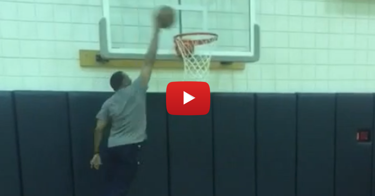 60-year-old Alvin Gentry throws down dunk with a little help
