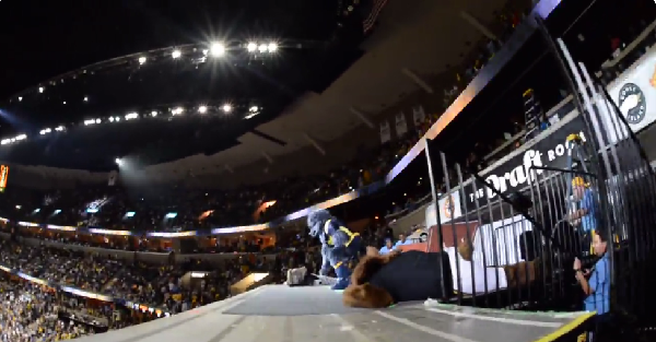 Memphis Grizzlies mascot takes a page from WWE and destroys Spurs mascot