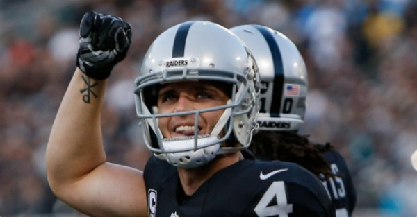 Derek Carr's injured, gruesome, bent pinky looks awful