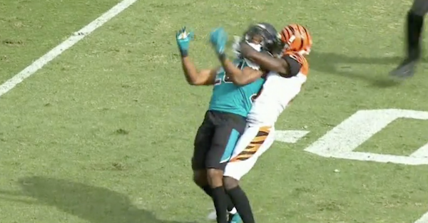 Six-time Pro Bowler loses his mind, chokes defender and throws haymakers before getting ejected