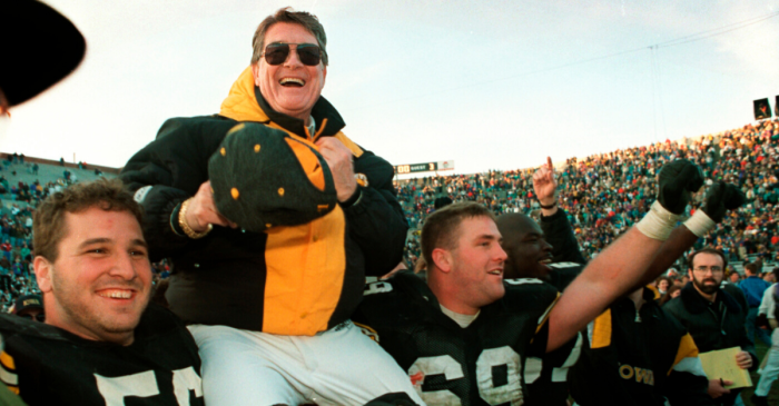Hayden Fry, Texan Who Turned Around Iowa, Dies at 90